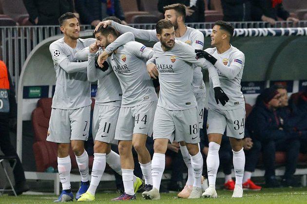 Fotbalisté AS Řím slaví gól v Lize mistrů na půdě CSKA Moskva.