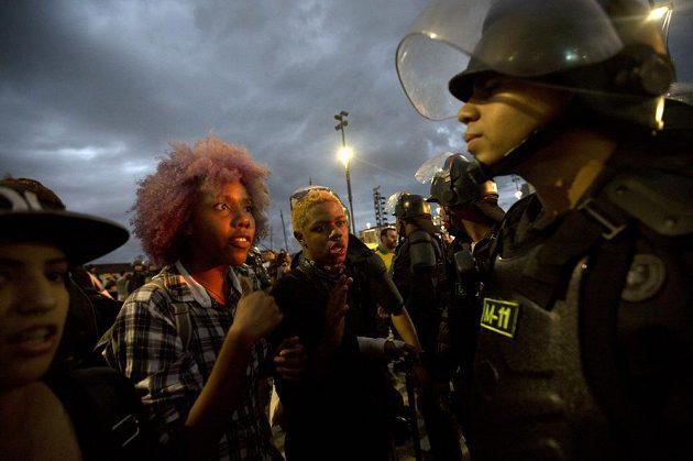 Během večera se také protestovalo. Policie s demonstratny, kteří nesouhlasili s tím, jaký obnos byl vynaložen na pořádání her.