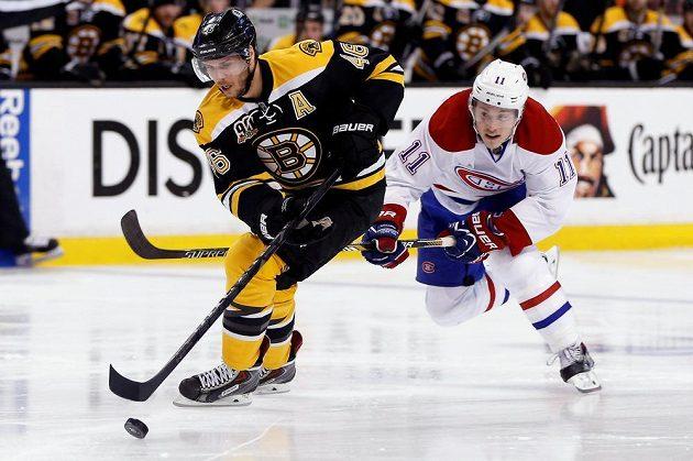 Bostonský David Krejčí (46) vyšel v prvním utkání s Montrealem naprázdno. Na snímku ho stíhá Brendan Gallagher (11).