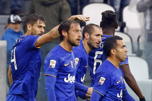 Španělský útočník Fernando Llorente (vlevo) a jeho spoluhráči Claudio Marchicio, Giorgio Chiellini, Paul Pogba a carlos Tévez se radují ze sedmibrankové výhry nad Parmou.