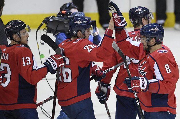 Hokejisté Washingtonu se radují z branky