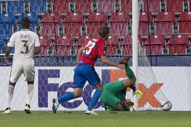 Marek Bakoš z Viktorie Plzeň (uprostřed) střílí gól. Vpravo je brankář AS Řím Alisson Becker, vlevo Juan Jesus z AS Řím.