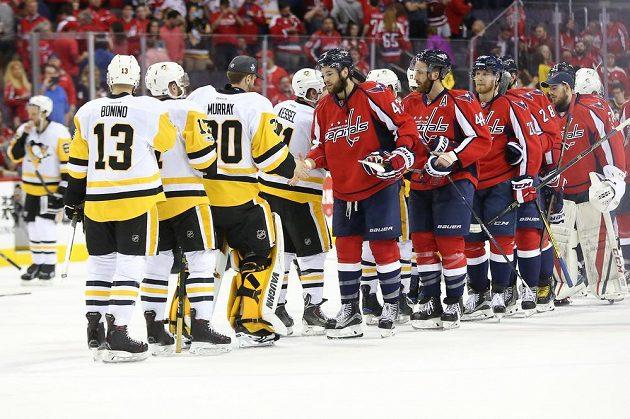 Hráči Washingtonu a Pittsburghu po rozhodujícím utkání 2. kola play off Východní konference.
