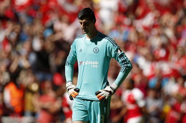Smutný gólman Chelsea Thibaut Courtois poté, co inkasoval v zápase s Arsenalem.