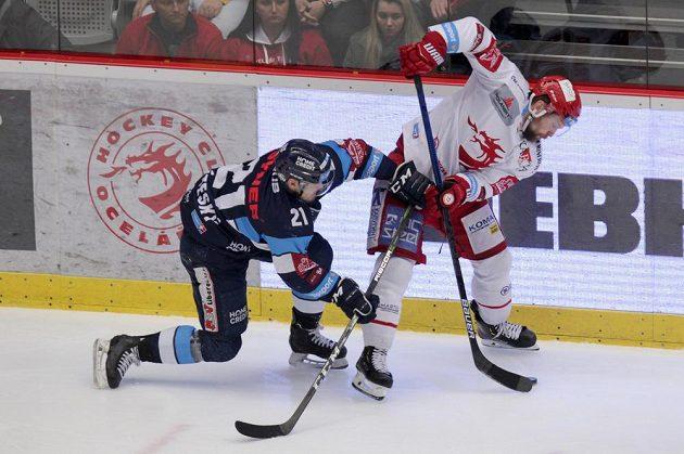 Matěj Stříteský z Liberce, David Musil z Třince v akci během finále hokejové extraligy.