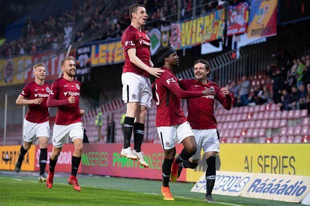 Fotbalisté Sparty Praha Ondřej Zahustel, Costa a David Moberg Karlsson oslavují gól na 1:0 během utkání nadstavby Fortuna ligy ve skupině o titul proti Liberci.