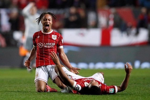 Radost fotbalistů Bristolu Bobbyho Reida (vlevo) a Koreyho Smithe po rozhodující brance.