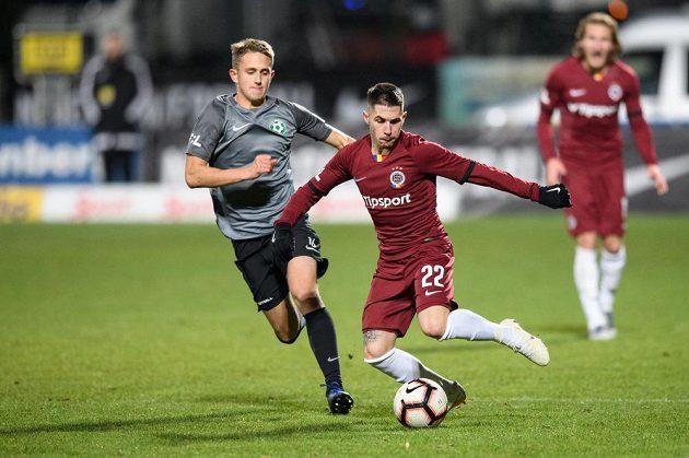 Dominik Kříž z Příbrami a Srdjan Plavšič ze Sparty Praha během utkání 18. kola v Příbrami.
