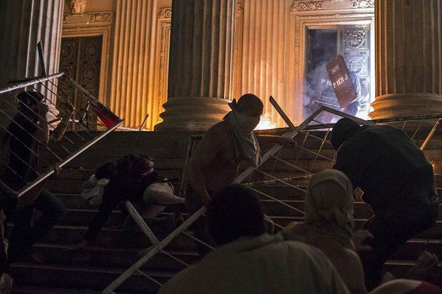 Demonstranti útočí na policisty v Rio de Janeiru.