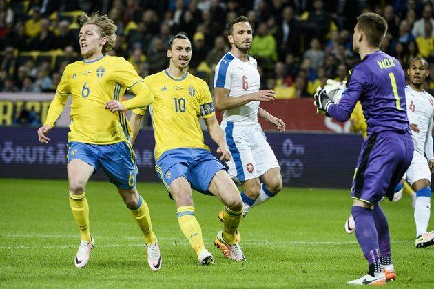 Brankář Tomáš Vaclík drží míč před Švédy Emilem Forsbergem (vlevo) a Zlatanem Ibrahimovicem. Uprostřed přihlíží Tomáš Sivok.