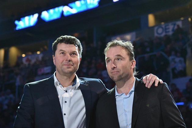 Bývalý brankář Milan Hnilička (vpravo) byl před zápasem Liberec - Sparta oceněn vyvěšením dresu s číslem 33 pod stropem arény. Vlevo prezident Bílých Tygrů Petr Syrovátko.