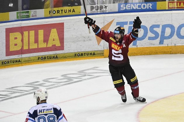 Hokejista Jan Buchtele ze Sparty se raduje z gólu.