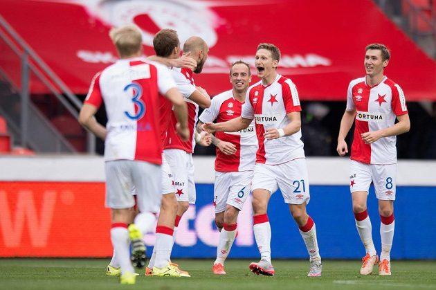 Fotbalisté Slavie Praha se radují po vítězství nad Spartou.