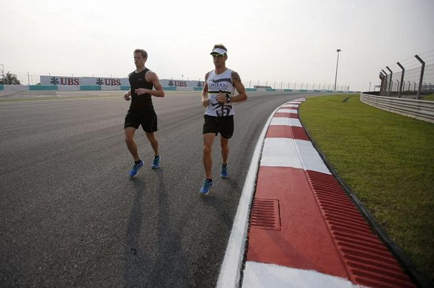 Milovník triatlonu Jenson Button (vpravo) si nenechal ujít možnost proběhnout se po okruhu v Sepangu.