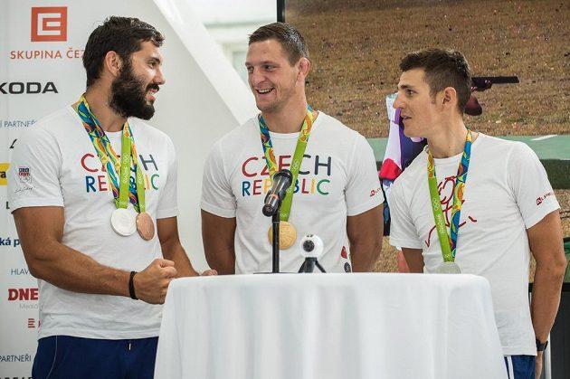 Kajakář Josef Dostál (vlevo), judista Lukáš Krpálek a biker Jaroslav Kulhavý po návratu olympijské výpravy z brazilského Rio de Janeira.