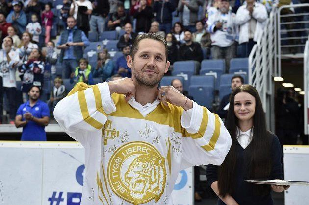 Bílí Tygři se před zápasem oficiálně rozloučili s brankářskou oporou posledních let Jánem Lašákem.