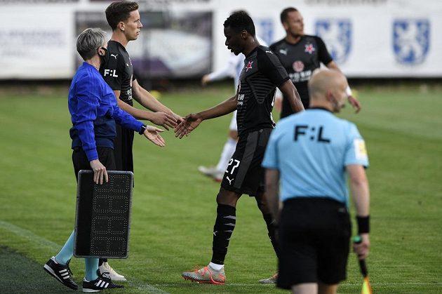 Zraněný Ibrahim Traoré ze Slavie odchází ze hřiště během utkání v Mladé Boleslavi.