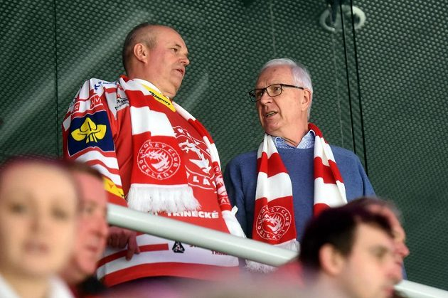 Prezidentský kandidát Jiří Drahoš (vpravo) navštívil v Třinci zápas hokejové Ligy mistrů a Jyväskylä. Vlevo je generální ředitel Třineckých železáren (TŽ) Jan Czudek.