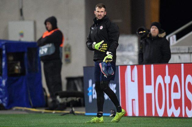 Brankář Slavie Praha Ondřej Kolář odchází předčasně z tréninku před utkáním Ligy mistrů.