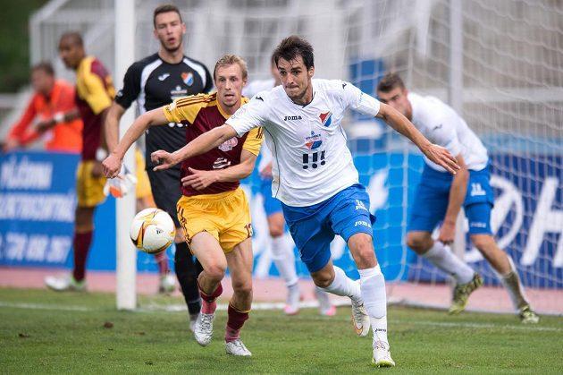 Nová posila Baníku Ostrava Jaroslav Machovec (vpravo) a Tomáš Berger z Dukly (uprostřed) během utkání 6. kola Synot ligy.