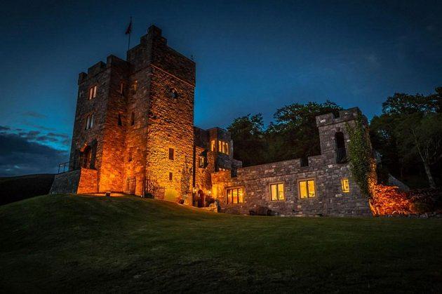 Hrad působí majestátně i v noci.