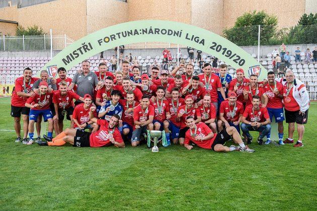 Fotbalisté Pardubic během oslav zisku titulu po utkání 30. kola Fortuna národní ligy v Praze.