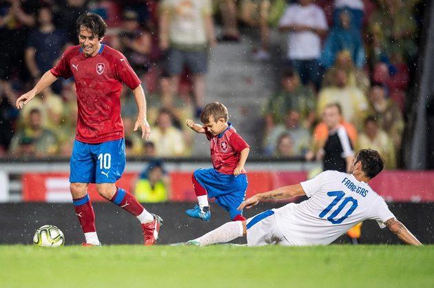 Český fotbalista Tomáš Rosický se synem Tomáškem útočí. Cesc Fábregas ve v dresu výběru světa tohle duo nezastavil.