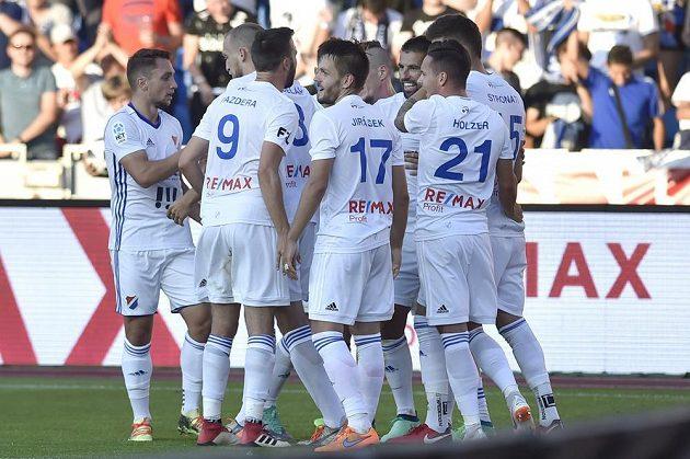 Hráči Baníku se radují z gólu proti Jablonci.