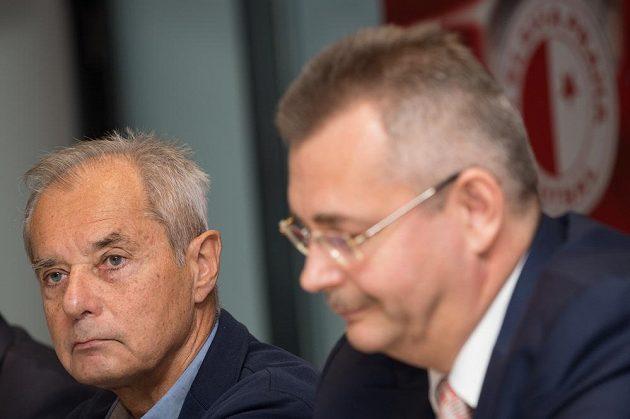 Nový prezident a spolumajitel fotbalové Slavie Praha Jiří Šimáně (vlevo) během tiskové konference.