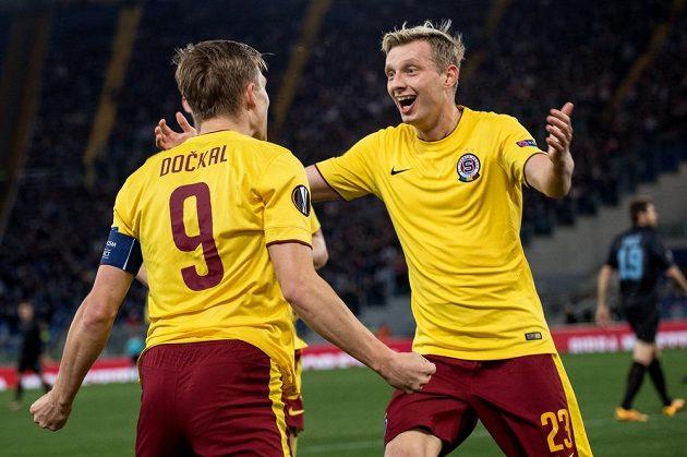 Fotbalisté Sparty Praha Bořek Dočkal a Ladislav Krejčí oslavují vedoucí gól na hřišti Lazia Řím.