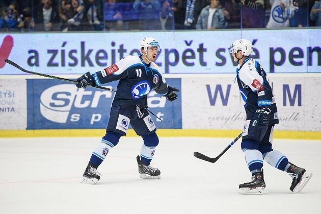 Hokejisté Plzně Michal Moravčík (vlevo) a Dominik Kubalík oslavují vítězný gól proti Jihlavě.