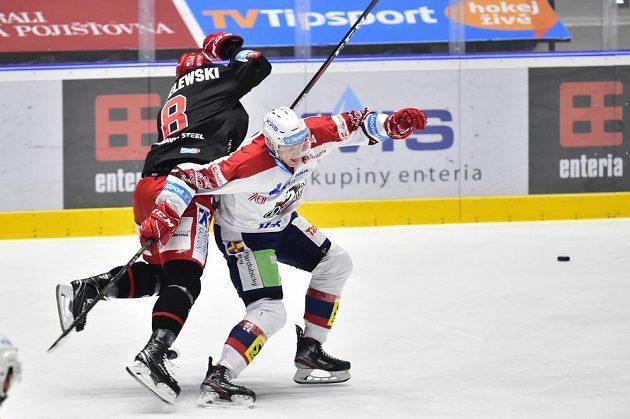 Zleva Aron Chmielewski z Třince a Jan Zdráhal z Pardubic v akci během extraligového utkání.
