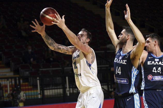 Basketbalisté vyřídili Řecko a probojovali se na olympiádu do Tokia. Na snímku Ondřej Balvín chytá přihrávku, Řek Georgios Papagiannis se jej snaží neúspěšně brániit.