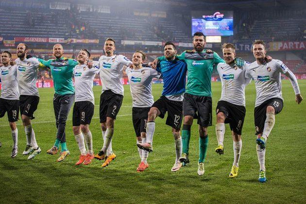 Fotbalisté Viktorie Plzeň oslavují vítězství na Spartě.