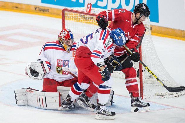 Český brankář Pavel Francouz, obránce Jakub Jeřábek a kanadský útočník Boone Jenner (vpravo) během přípravného duelu v O2 areně.