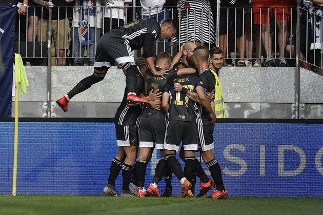 Hráči Baníku se radují z prvního gólu.