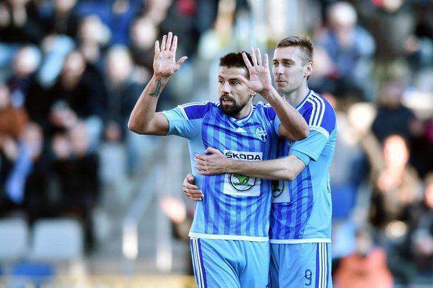 Boleslavský útočník Milan Baroš (vlevo) a záložník Jan Kalabiška se radují z gólu proti Baníku.
