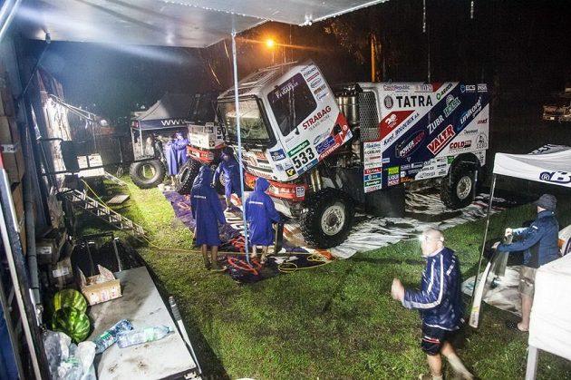 Mechanici museli po 3. etapě Rallye Dakar bojovat nejen se závadami, ale také s průtrží mračen.