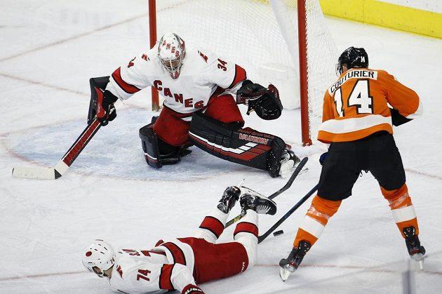 Hokejista Philadelphie Flyers Sean Couturier (14) se k zakončení na Petra Mrázka v brance Caroliny nedostal.