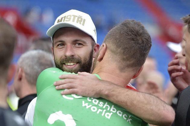 Zleva Josef Hušbauer a brankář Slavie Přemysl Kovář se radují ze zisku ligového titulu.