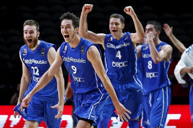 Obrovská radost Davida Jelínka (12), Jiřího Welsche (9), Petra Bendy (4) a Tomáše Satoranského (8) po postupu do čtvrtfinále ME.