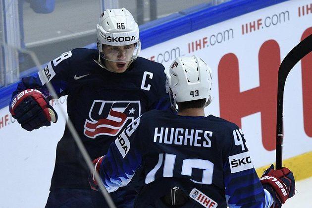Autor úvodního gólu USA Patrick Kane se raduje s Quinnem Hughesem.