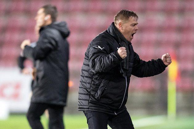 Trenér Teplic Stanislav Hejkal oslavuje vítězství nad Spartou na Letné.