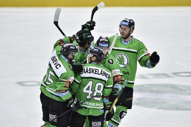 Hokejisté Mladé Boleslavi se radují z gólu.