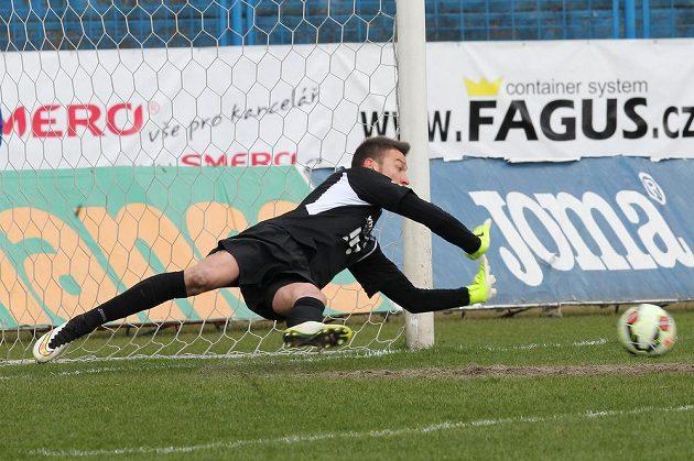 Brankář Baníku Jiří Pavlenka vyráží Kolářovu penaltu v utkání proti Plzni.