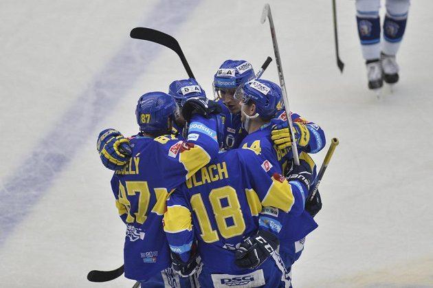 Zlínští hokejisté se radují z gólu v Plzni.
