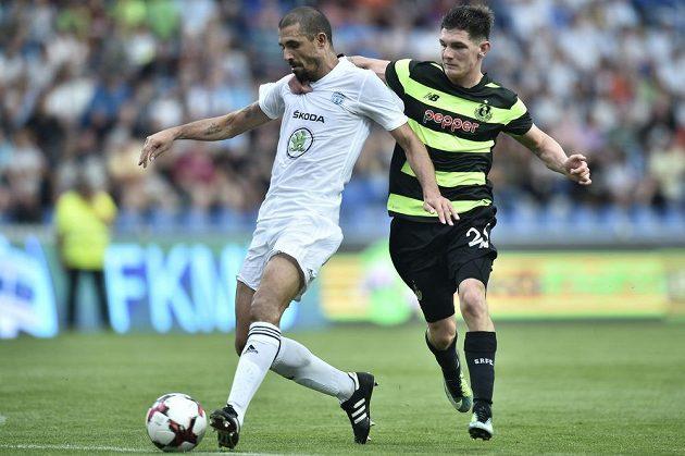Zleva Douglas Da Silva z Mladé Boleslavi a Trevor Clarke z Shamrock Rovers.