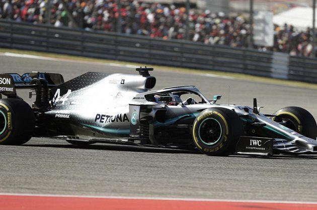 Lewis Hamilton se pošesté v kariéře stal mistrem světa formule 1, což se mu povedlo jako teprve druhému jezdci v historii.