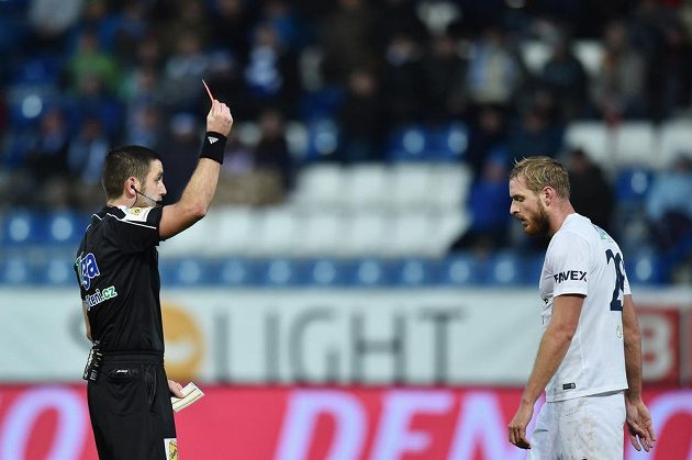 Hlavní rozhodčí Martin Nenadál uděluje třetí červenou kartu v zápase, vpravo je vyloučený Vlastimil Daníček ze Slovácka.