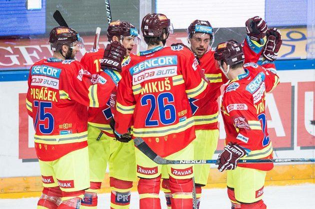 Hokejisté Sparty (zleva) Jan Piskáček, Jaroslav Hlinka, Juraj Mikuš, Michal Řepík a Petr Vrána oslavují osmý gól v síti Třince.